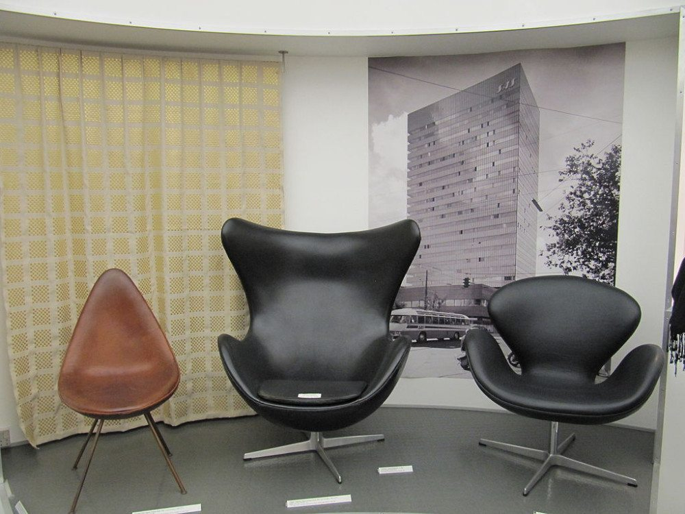 Stühle von Arne Jacobsen: The Drop, The Egg and The Swan. (Bild: lglazier618, Wikimedia, CC)